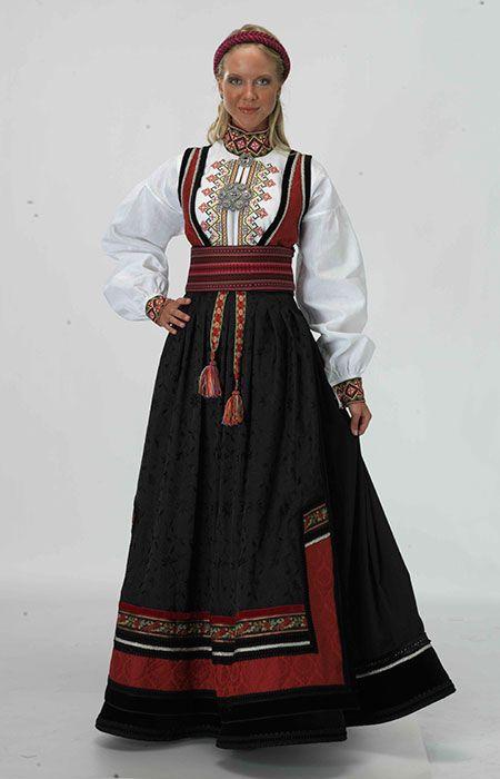 ,פירוש המילה הוא חצאית לחגורה והיא לבוש מסורתי נורבגי שהיום לובשות אותו נשים מבוגרות באירועים מסורתיים thornews.com Beltestakk-fra-Telemark bunaderoslo