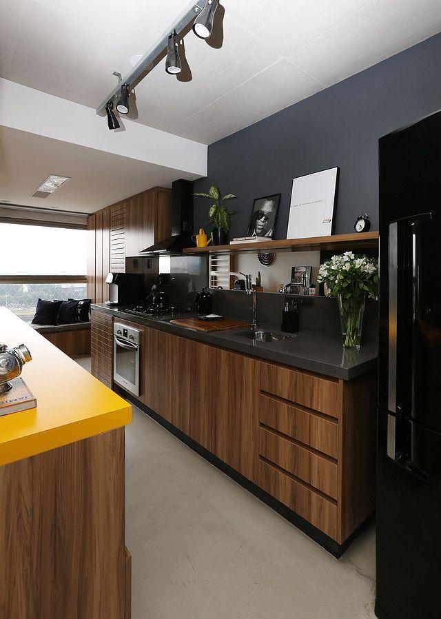 Amei essa cozinha! O que mais gostei foi o movel no fundo que também serve de sofá e a bancada amarela que da uma cor!