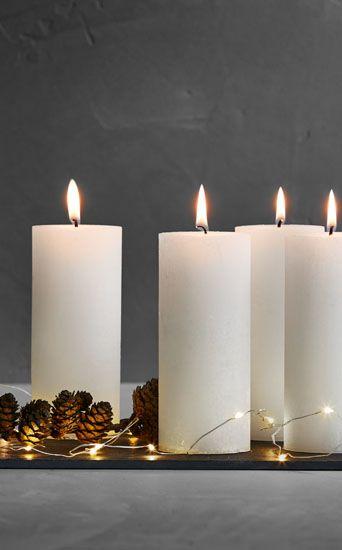 Dekorer et fint skiferbræt med lys, lyskæder og kogler og så har du en fin adventsdekoration. Se det store udvalg af flere flotte lyskæder fra Sirius. #inspirationdk #inspirationonline #jul #christmas