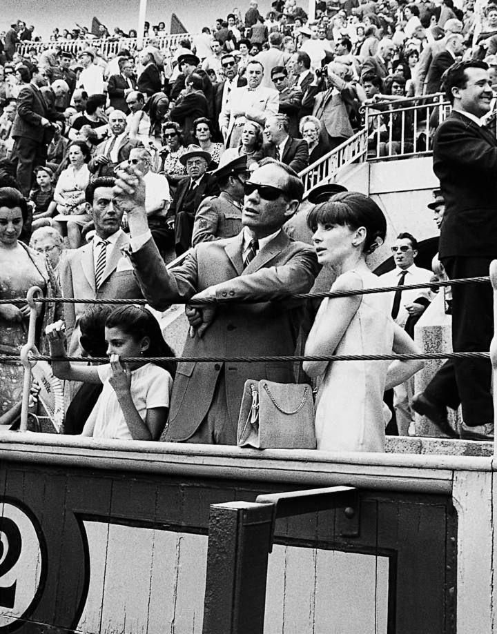 Fotografía de archivo (15/5/64) del actor, director y productor Mel Ferrer acompañado de su esposa, la actriz #Audrey Hepburn, en una corrida de la Feria de #Malaga, durante una de sus visitas a España. Fuente: La Opinión de Murcia #Toros #fotografia #cine