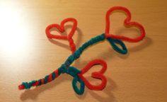 Saint Valentin – bricolage en chenilles cure-pipe : un coeur, une fleur