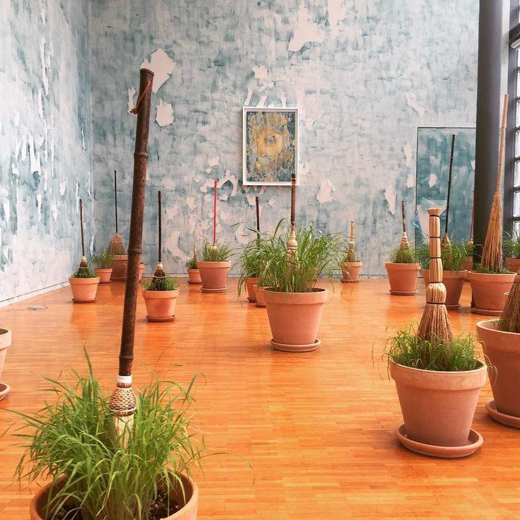 ミシェルブラジー展@銀座メゾン エルメスフォーラムからもう1枚ちゃんと土入れて草も生えてる植木鉢にほうきとか突っ込んじゃう感じ超絶イミフな謎空間で笑っちゃいましたがなんかこの非現実なシュールな感じは好きでしたほうきってオイ笑 11/27(日)までです銀座のエルメスの店舗内を通らないと行けないのでキレイめな格好で行くことをオススメします #MichelBlazy #Livingroom #ginza #hermesgallery #art #ほうき #installation #1日1アート #everydayart