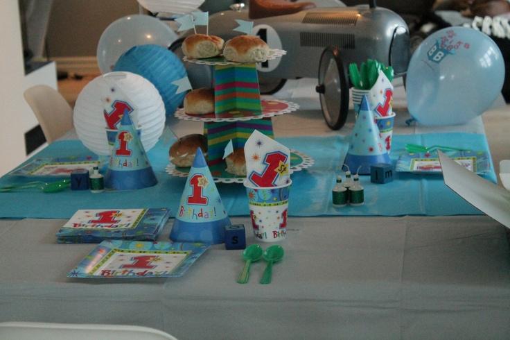 Søt ettårsdag, med kopper, hatter, servietter og tallerkener! Komplett med ettåringenes favoritt, ballonger og duker man kan søle på:)