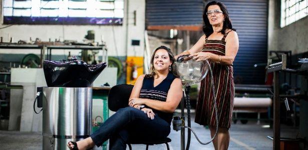 A ex-cabeleireira Gislaine Marcandali (em pé) criou pia portátil para atender a clientes em domicílio