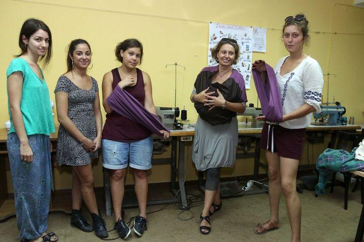 Μια ομάδα κοριτσιών φτιάχνει μάρσιπους για τους πρόσφυγες που κουβαλούν παιδιά | Νόστιμον ήμαρ