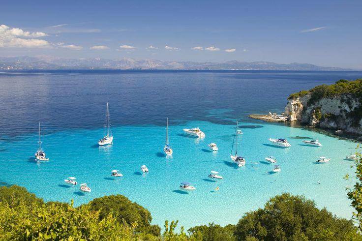 ღღ Wie ein riesiger Swimmingpool mit Booten darauf wirkt die Voutoumi-Bucht auf der Insel Antipaxos.