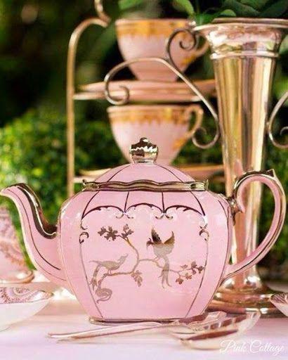 Love this pink tea pot