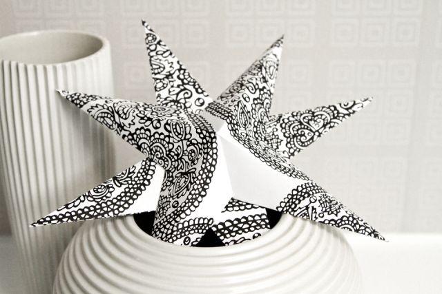 Paperitähti maljakossa, joulutähti. Christmas star, made of paper.