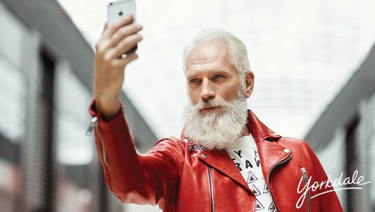 El Santa Claus Fashion - http://wow.mx/2015/12/11/el-santa-claus-fashion/ - Hasta Santa se puede vestir bien! La empresa Yorkdale hizo una serie de fotografías para mostrar que los adultos mayores también pueden ser fashion! Y para muestra, Santa Claus! vean las imágenes    Da click en leer mas para ver las demás imágenes!