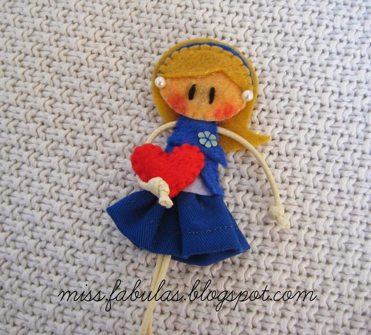 Broche muñeca hecho a mano en fieltro CORAZÓN  Brooch felt doll hand made HEART