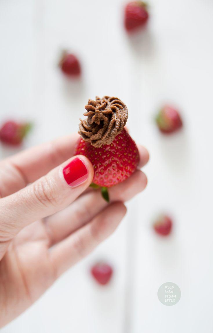 Strawberries with chocolate cream (raw, vegan) / Truskawki z kremem czekoladowym