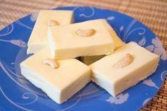 Индийская сладость  Бурфи — это индийский десерт, по сути являющийся молочной помадкой. Он очень сладкий, но так идеально подходит к чаю. Существует большое множество рецептов его приготовления: кунжутное бурфи, банановое, с орехами, с индийскими приправами. Ингредиенты:  Сливочное масло - 200 г Сахар - 200 г Ванильный сахар- 1 пакетик Сливки 35% (или домашняя сметана) - 225 мл Сухое молоко (без растительных добавок и жирностью не менее 25%) - 450 г Немного жареного кешью для украшения…