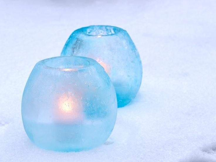 Islykter laget i ballonger med farget vann. Forklaring på hvordan lage ballongislykter finner du på: http://moseplassen.com/2013/01/slik-lager-islykter-med-ballonger/