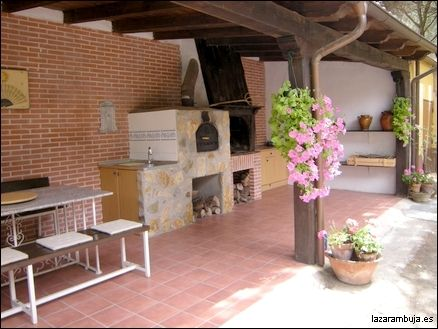 Pegado a la casa con vigas de madera y tejado de teja - Pergolas rusticas de madera ...
