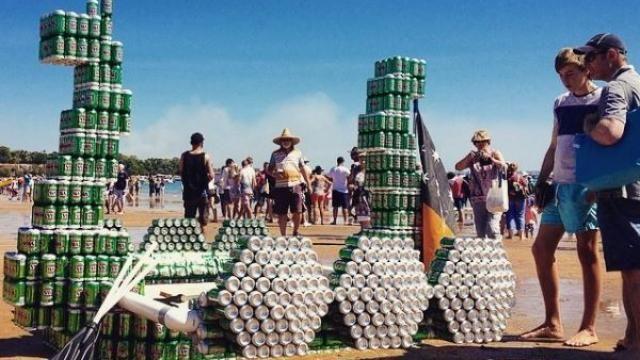 Étonnant, une course de bateau en canettes de bière ! Oyez moussaillon ! La ville de Darwin (Australie) organise sa course annuelle de bateau recyclé. Pendant plusieurs mois, les concurrents ont amassés tous les détritus possibles et imaginables pour créer de véritables embarcations flottantes.