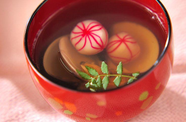 昆布から取るだしは上品な味です。ハマグリと鞠麩のお吸い物[和食/汁もの・椀もの]2009.03.02公開のレシピです。