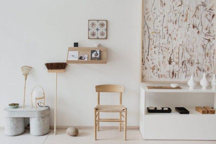 En prototyp av en bänk av Luca Nichetto, sopborste från Iris hantverk, lampa Cestita lamp av Miguel Milá för Santa & Cole, stolen J 39 chair av Børge Mogensen för Fredericia, växtinstallationer av japanska konstnären Norihiko Terayama.