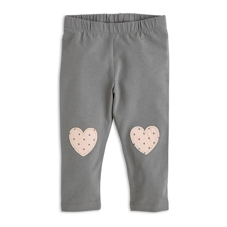Myke leggings med fine, applikerte hjerter.