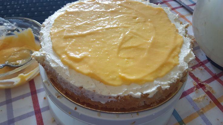 o lemon curd é feito em banho-maria, mas não é o mesmo tipo de banho-maria usado para cozer os pudins-flan (por exemplo) onde há a imersão da forma do flan na panela com água. para fazer um lemon c…