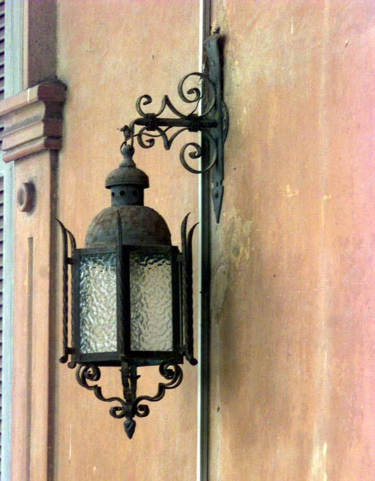 Farol exterior en Villa Ocampo. http://www.villaocampo.org/web/content/muebles-y-arte
