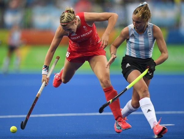 Britain's Lily Owsley (L) vies for the ball with Argentina's Florencia Habif during the women's field hockey Britain vs Argentina match of the Rio 2016 Olympics Games at the Olympic Hockey Centre in Rio de Janeiro on August, 10 2016. / AFP / MANAN VATSYAYANA