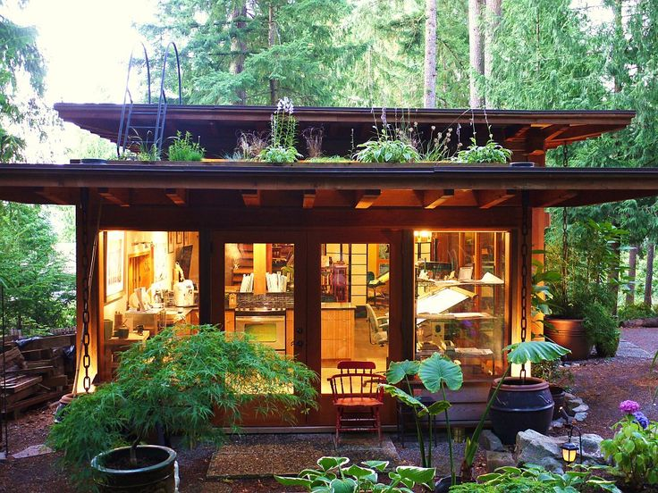 The studio with a sod roof, where plants can grow.