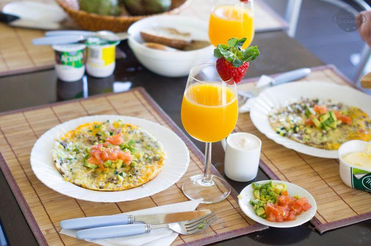 Skład (2 nieduże omlety): 4 jajka,1/2 czerwonej cebuli, 1/2 małej cukini, 2 pieczarki,1/2 szklanki startego sera żółtego, odrobina oleju do smażenia.  ponadto      1 dojarzały pomidor,     1/2 awokado,     sos czosnkowy na bazie jogurtu greckiego