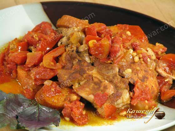 Курица с чоризо –  испанская кухня Курица – 1 кг Паприка молотая – 2 ч.л. Масло оливковое – 4 ст.л. Лук репчатый – 2 шт. Чеснок – 6 зубчиков Чоризо – 150 г Помидоры – 400 г Лавровый лист – 1-2 шт. Порто – 5 ст.л. Перец черный молотый Соль