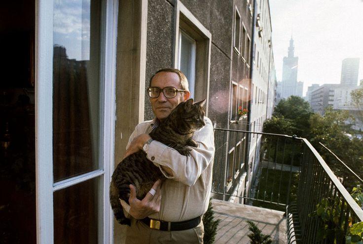 Tadeusz Konwicki na swoim balkonie, Warszawa 1982