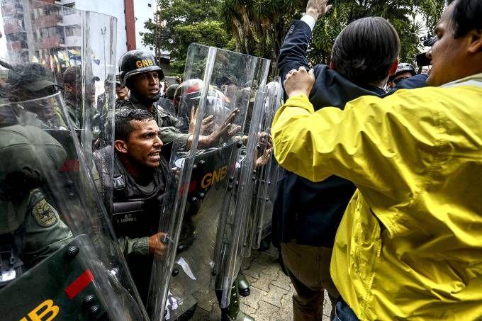 Oposição planeja novas manifestações neste sábado contra a decisão judicial que suprimiu o poder da Assembleia Nacional Manifestantes de oposição ao presidente Nicolás Maduro bloquearam importantes vias de Caracas e outras cidades na Venezuela, na manhã desta sexta-feira.   #Protestos contra Nicolás Maduro tomam as ruas na Venezuela
