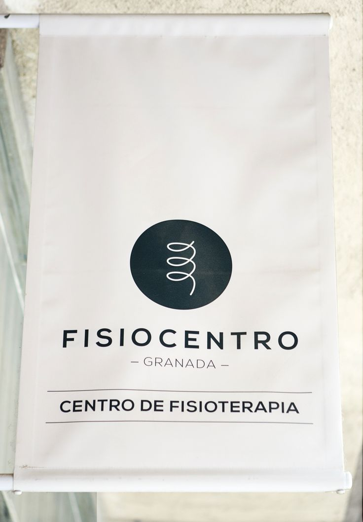 Corporate signs design for Fisiocentro, physiotherapy clinic based in Granada, Spain / Diseño de banderola corporativa para Fisiocentro, clínica de fisioterapia situada en el centro de Granada / Photography by Carolina Lobo