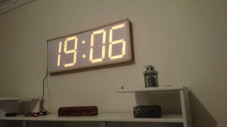 Horloge sous Arduino avec des Leds Strip<br /><p></p><br /><p>Dans ce tutoriel, je vous montre comment réaliser une grande horloge numérique pilotée avec une télécommande IR.<br> l'idée de base était de faire un grand afficheur de score pour panier de basket, cette idée m'est venue en jouant avec mes neveux.<br> J'ai commencé la réalisation avec des rubans à Leds blanches pour aboutir à ce tout petit résultat :<br> <a href=...
