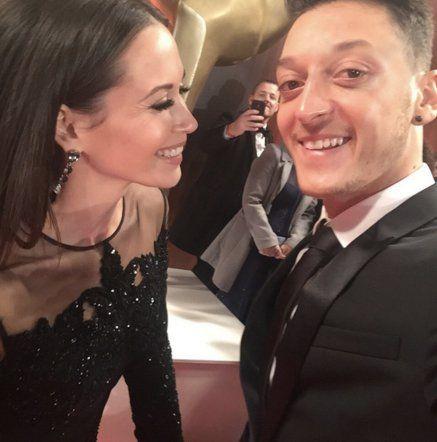 Pin for Later: Mandy Capristo und Mesut Özil sorgten für die größte Überraschung beim Bambi