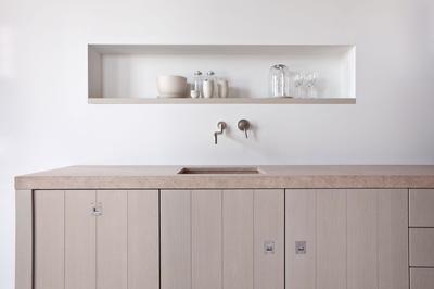 Piet Boon keuken Original. Het ontwerp van deze keuken is een van de meest gekopieerde ter wereld.De eiken fineer geborstelde fronten en het gebruik van natuurlijke kleuren typeren deze keuken. De nis boven de keuken biedt voldoende plaats voor de spullen die je graag binnen handbereik hebt. Warendorf