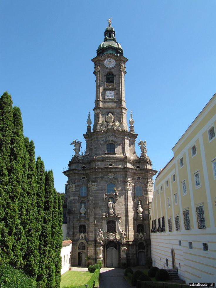 Stift Zwettl wurde 1138 vom Kuenringer Hadmar I. gestiftet und bereits 1159 konnte die erste romanische Stiftskirche feierlich eingeweiht werden. Im Zuge der Schlacht bei Zwettl im Jahre 1427 wurde das Stift großteils durch angreifende Hussiten zerstört. Bis zum Jahre 1490 entstand die heutige spätgotische Stiftskirche, die im 18. Jahrhundert noch durch den prunkvollen barocken Turm erweitert wurde.