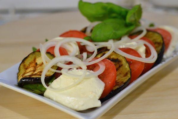 Skøn sommersalat. Tomatsalat med grillet aubergine og mozzarella. God til grillmad. www.smagpaamaden.dk