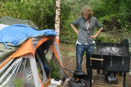 Elle vit dans une tente qui lui sert de chambre, de salon, de cuisine, de salle de bain... Et les nuits refroidissent de plus en plus.