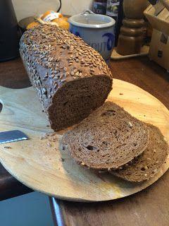 Wij houden thuis erg van grof brood, dus brood met pitten erdoor.   Vandaag bakte ik een zonnebloempittenbrood. Omdat mijn man dol is o...