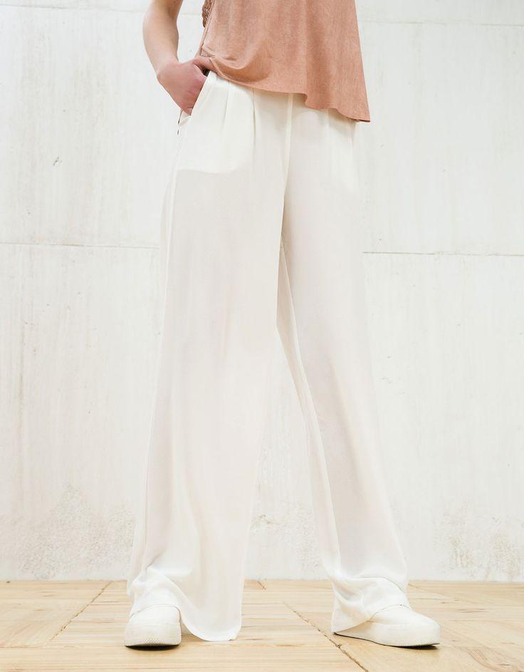 Szerokie lejące spodnie z zaszewkami.  Odkryj to i wiele innych ubrań w Bershka w cotygodniowych nowościach