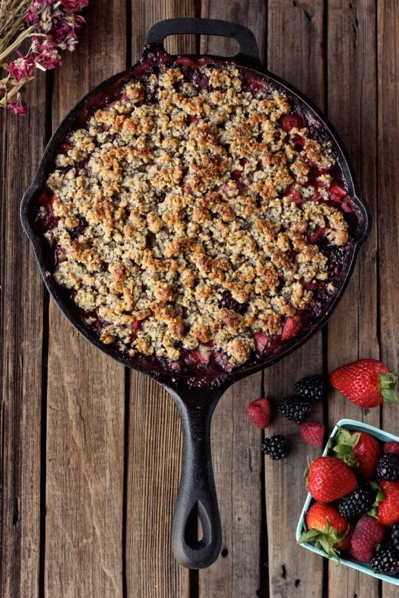 Grain-Free Mixed Berry Crisp (Vegan) | Free People Blog #freepeople