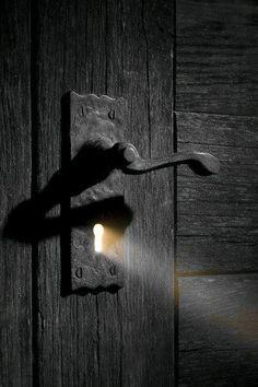 Bir anahtar deliğine giren ışık mili gibi diğerlerinin parlaklığı da hayatımızın bizimle aynı hizaya geldiği sürece (ya da kısa olarak) bize parlıyor ... bu yüzden her anın değerli olmasını sağlayın