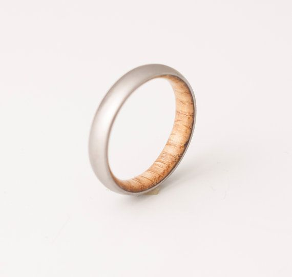 Deze prachtige handgemaakte ringen zijn gemaakt met behulp van rang 5 titanium (geen allergische metaal) en White Oak hout aan de binnenkant  het