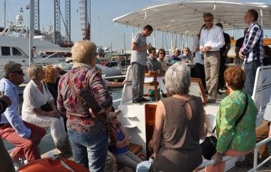 Viking arrangementen. Van een borrel tot een stijlvol diner. Ons nieuwste schip de Viking is nu te boeken voor een tocht op de Vecht, Amstel, of elders in de omgeving van Amsterdam #Viking #arrangementen #amsterdam #amstel #vecht #jacht