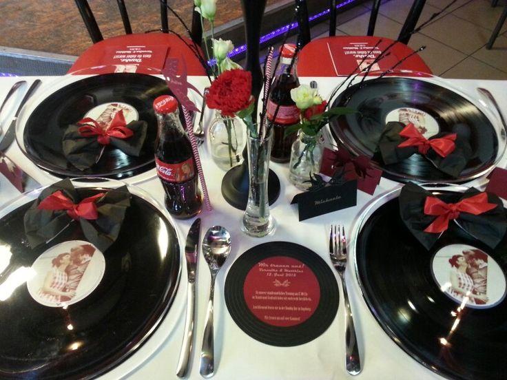Tischdeko für eine Rockabilly-/Fiftys-Hochzeit von www.DieHochzeiterin.com #diehochzeiterin  Decoration fiftys wedding, rockabilly wedding #fiftys #rockabilly