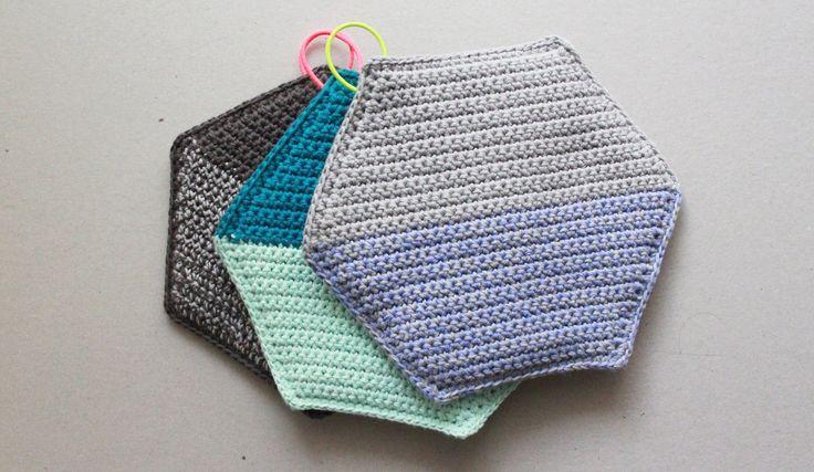 Crochet hot pads. Danish pattern. Opskrift på Geometriske hæklede grydelapper   Lutter Idyl