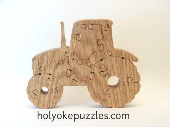 Il faut un tracteur pour la ferme ! Ce puzzle est vernis de lhuile de tung (un noix asiastique). Il mesure 17,9 x 14 x 1,9 cm.  Ce puzzle est fait sur commande et sera expédié 7 à 10 jours après la commande. Un sac est inclus avec votre commande. On dessine, découpe à la main, ponce et vernit les puzzles chez nous à Holyoke dans létat de Massachusetts. Cest un dessin original de Barbara. Vous ne le trouverez nulle part ailleurs !  Ce dessin contient de petites pièces qui posent un risque de…