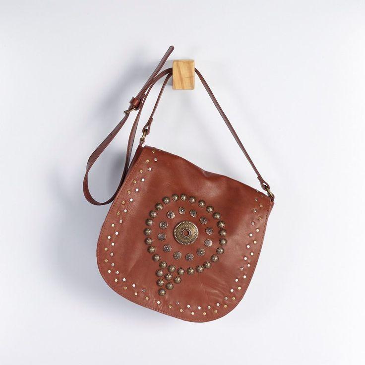 BMF 0110 - bolsa m em couro semi acabado com mix de metais na tampa e fecho de ímã. altura: 23cm, largura: 23cm, profundidade: 9cm