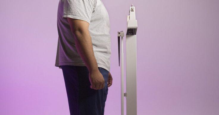 Cómo calcular el peso en kilogramos. Para algunos cálculos de estado físico, como el consumo de calorías o el índice de masa corporal, resulta a veces necesario saber tu peso en kilogramos. Utilizando el concepto de que 1 kg equivale a 1.000 gs, o 2,2 lbs, es fácil saber cuánto pesas en kilogramos.