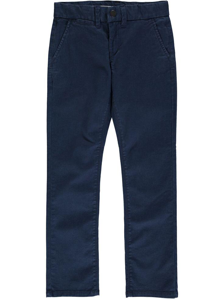 Jongens chino broek NITALLAN van het merk Name-it. Dit is een blauwe broek voorzien van een schuif knoop en een rits sluiting. De broek is bovenaan een regular model en de pijpen zijn slimfit, de broek is verstelbaar in de taille