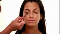 Comment appliquer une base pour les paupières    La base pour les paupières permet au maquillage de se fixer pour toute la journée sans filer. Le mode d'emploi pour l'appliquer. Tous les produits sur www.thebeautyst.com